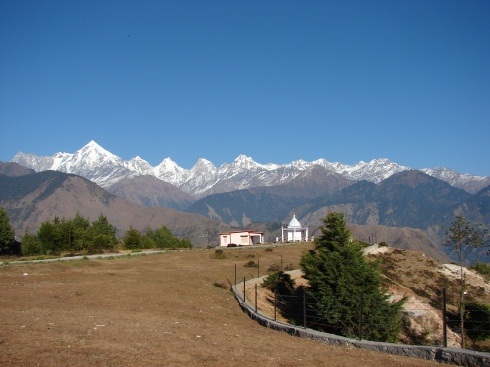 Naina Devi temple with the peaks